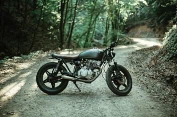 раритетный мотоцикл хонда в лесу