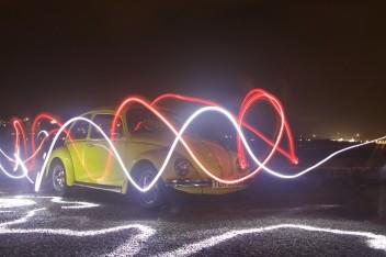 Желтая ретро машина неон