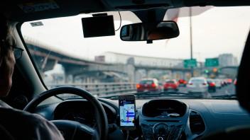Машина внутри водитель навигатор телефон