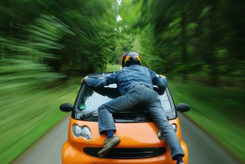 Скорость машина человек в шлеме риск