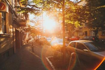 Улица с машинами закат дома