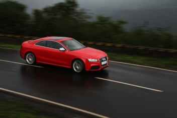 Трасса машина audi красная дождь