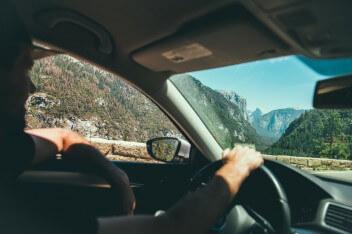 Водитель машина внутри горы