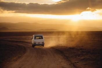 Пустыня дорога фургон закат вечер