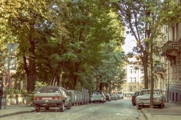 Лето улица машины забор