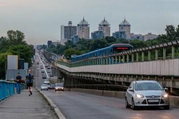 Мост метро машина пешеходы