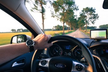 Машина руль часы ford трасса деревья