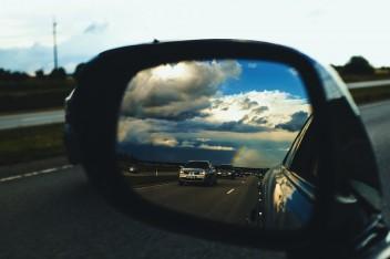Трасса машины отражение боковое зеркало