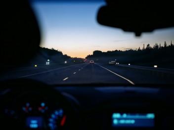 Ночь машина внутри трасса