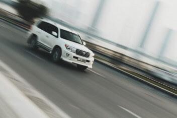 Белый джип в движении