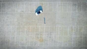 Парковка машина человек тень вид сверху