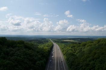Трасса дорога лес машины облака
