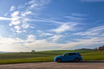 Синяя машина степь холмы облака