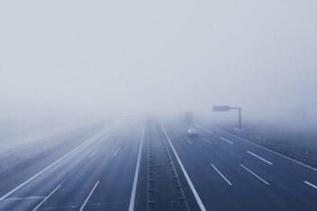Трасса машина туман жуткая картинка