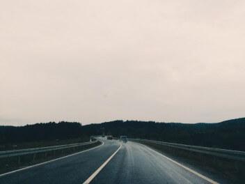 Трасса дорога машины белое небо лес