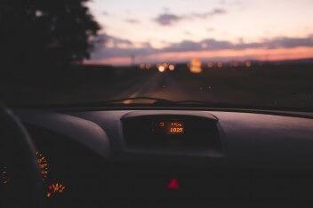 торпеда автомобиля вид на ночную трассу