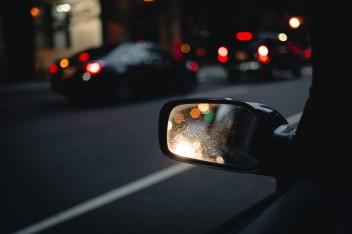 боковое зеркало машины ночью
