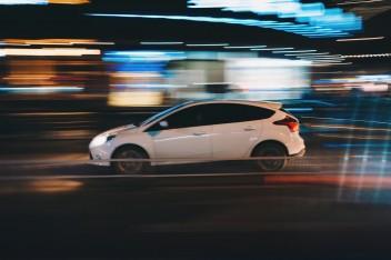белая машина на ночном проспекте
