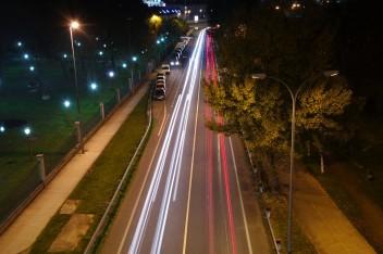 городской проспект в огнях ночью
